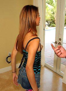Молоденькая латинская девка показала маленькую грудь - фото #6