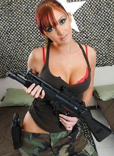 Соло от рыжеволосой девушки в армейской форме - фото #4