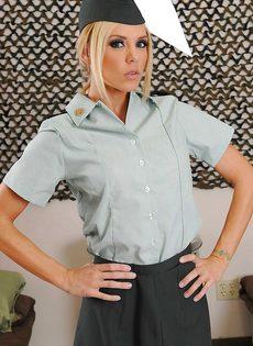 Соблазнительница в униформе хвастается великолепным телом - фото #1
