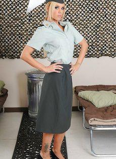 Соблазнительница в униформе хвастается великолепным телом - фото #2