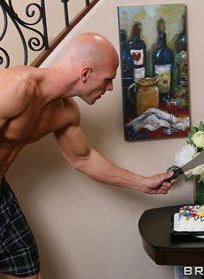 Джонни Синс покорил жгучую брюнетку своим половым членом - фото #5