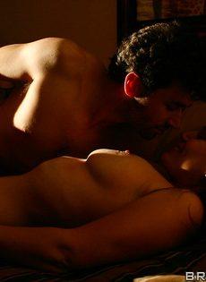 Супружеская пара развлекается в спальне на кроватке - фото #4