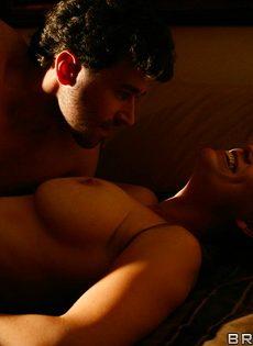 Супружеская пара развлекается в спальне на кроватке - фото #7