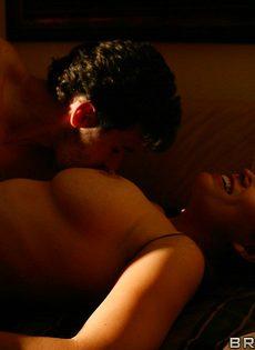 Супружеская пара развлекается в спальне на кроватке - фото #8