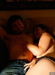 Супружеская пара развлекается в спальне на кроватке - фото #10