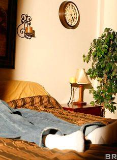 Супружеская пара развлекается в спальне на кроватке - фото #14