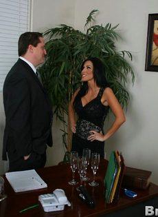 Начальник и сиськастая секретарша трахнулись в кабинете на столе - фото #2