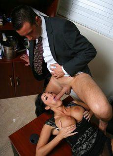 Начальник и сиськастая секретарша трахнулись в кабинете на столе - фото #7
