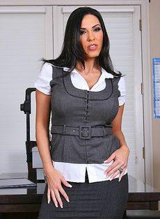 Хорошенькую женщину с большой грудью отымели в офисе - фото #1