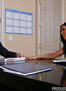 Хорошенькую женщину с большой грудью отымели в офисе - фото #4