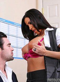 Хорошенькую женщину с большой грудью отымели в офисе - фото #5