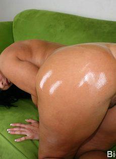У этой зрелой брюнетки шикарная аппетитная задница в масле - фото #11