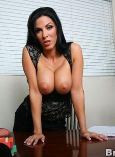 Деловой женщине с большими дойками хочется секса - фото #8