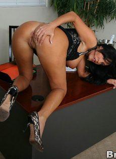 Деловой женщине с большими дойками хочется секса - фото #11