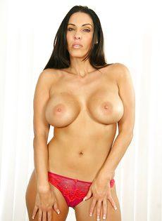 Сексуальная зрелая брюнетка с шикарными сиськами хочет снять трусы - фото #8