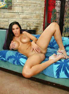 Сексуальная зрелая брюнетка с шикарными сиськами хочет снять трусы - фото #15