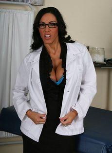 Эффектная врачиха в шикарном нижнем белье - фото #1