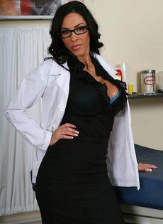 Эффектная врачиха в шикарном нижнем белье - фото #2