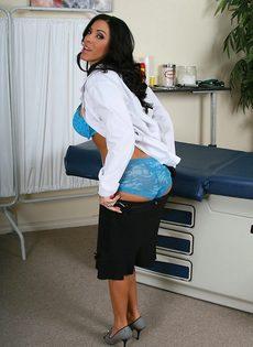 Эффектная врачиха в шикарном нижнем белье - фото #13