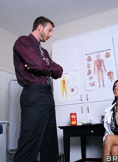 Горячая докторша сосет пенис и занимается классным сексом - фото #2