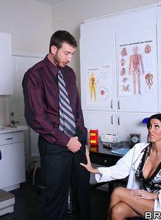 Горячая докторша сосет пенис и занимается классным сексом - фото #3