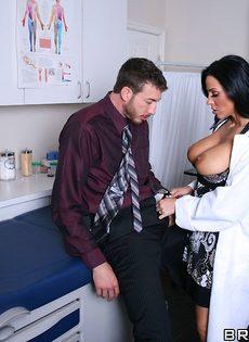 Горячая докторша сосет пенис и занимается классным сексом - фото #5