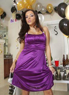 Бабенка выпила шампанского и устроила развратное соло - фото #2