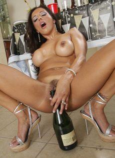 Бабенка выпила шампанского и устроила развратное соло - фото #15