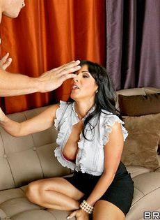 Молодой парень хочет удовлетворить женщину с упругими дойками - фото #5