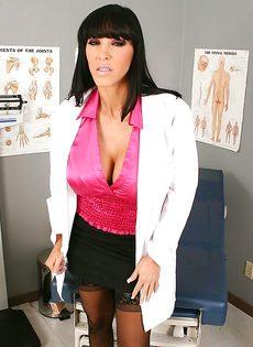 Сексапильная врачиха в возрасте Veronica Rayne - фото #1