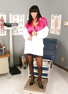 Сексапильная врачиха в возрасте Veronica Rayne - фото #3