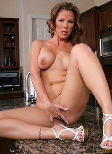 Зрелая домохозяйка разделась на кухне и немножко пошалила - фото #14
