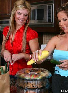 Горячий трах двух похотливых бабенок на кухонном столе - фото #3