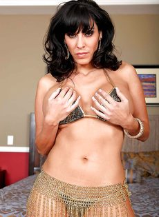 Veronica Rayne показала большую грудь и аппетитную задницу - фото #1