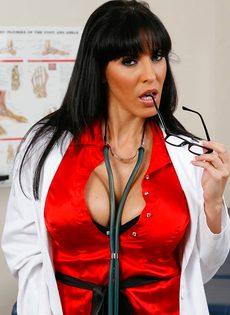 Докторша закрылась в палате и показала интимные зоны - фото #1
