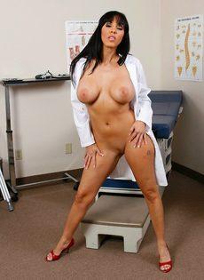 Докторша закрылась в палате и показала интимные зоны - фото #12