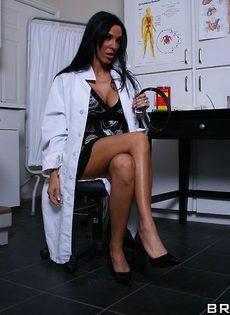 Шикарная зрелая брюнетка в белом халате и красивом нижнем белье - фото #3