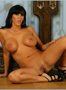Великолепная женщина сексуально раздевается перед фотографом - фото #14