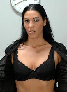 Деловая взрослая красотка медленно и сексуально раздевается - фото #6