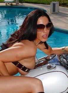 Фото сессия обнаженной грудастой милфы возле мотоцикла - фото #2
