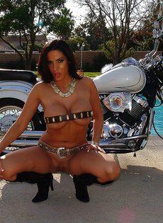 Фото сессия обнаженной грудастой милфы возле мотоцикла - фото #11