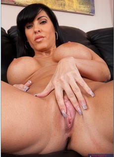 Аппетитная женщина лежит на диване и мастурбирует киску - фото #10
