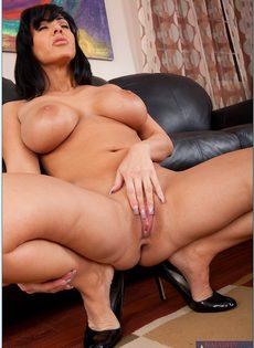 Аппетитная женщина лежит на диване и мастурбирует киску - фото #15