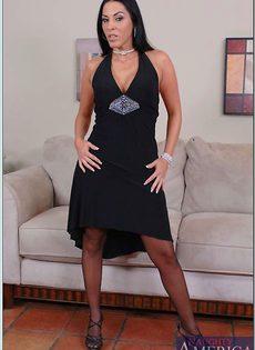Сорокалетняя брюнетка в черном нижнем белье и в чулках - фото #1