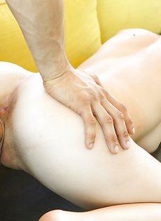 Половой член легко и просто вошел во влагалище молодой брюнетки - фото #12