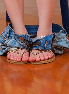 Обнаженная молодушка облизывает пальчики на ножках - фото #5