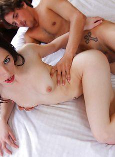 Молодой парень удовлетворил милашку большим пенисом - фото #15