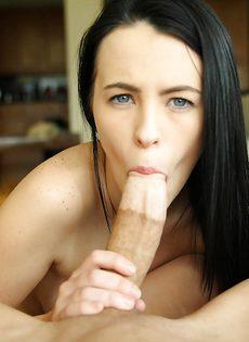 Изумительная брюнетка сосет большой и толстый пенис - фото #9