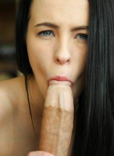 Изумительная брюнетка сосет большой и толстый пенис - фото #12