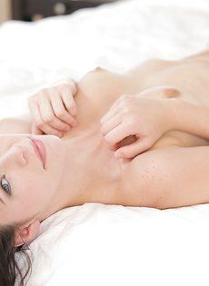 Нежная и чувственная мастурбация гладко выбритой вагины - фото #8
